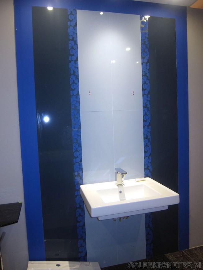 Aranżacja łazienki w odcieniach niebieskich. Dzięki temu kolorowi łazienka ma ...
