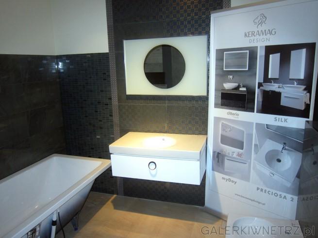 Bardzo elegancko urządzona łazienka w ciemnych kolorach. Niewątpliwą ozdobąw tej ...