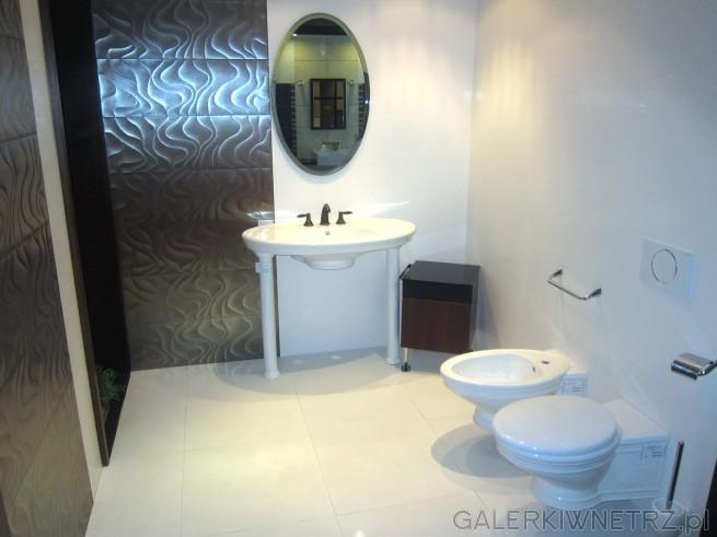 Zdjęcie łazienki urządzonej w bielach i brązach. Wszystkie urządzenia sanitarne ...