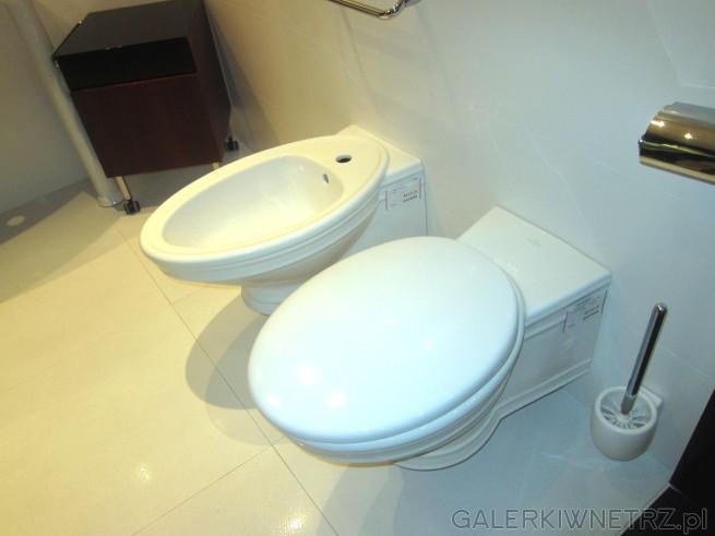 Biały bidet w cenie 4633 złotych i biała miska WC w cenie 4919 złotych.