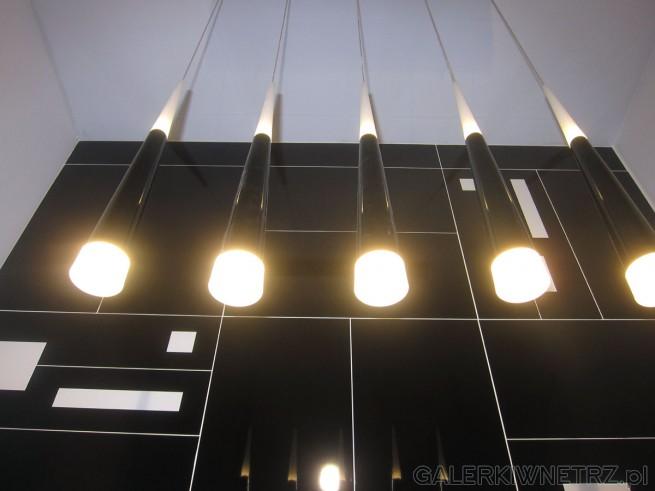 Propozycja lamp łazienkowych w Akcess. Lampy te są w kształcie stożka, podłużne, ...