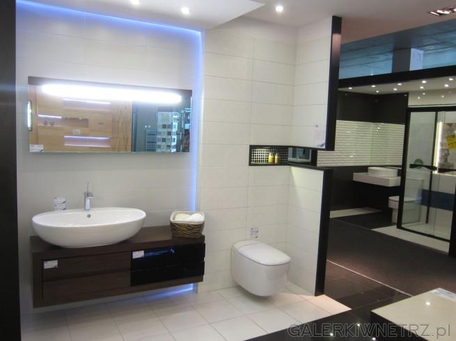 Bardzo ładna aranżacja łazienki w bieli i czerni. Dzięki prostocie kolorów ...