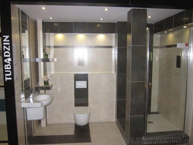 Zdjęcie łazienki z propozycją wykorzystania płytek Tubądzin. Łazienka jest w ciepłych ...