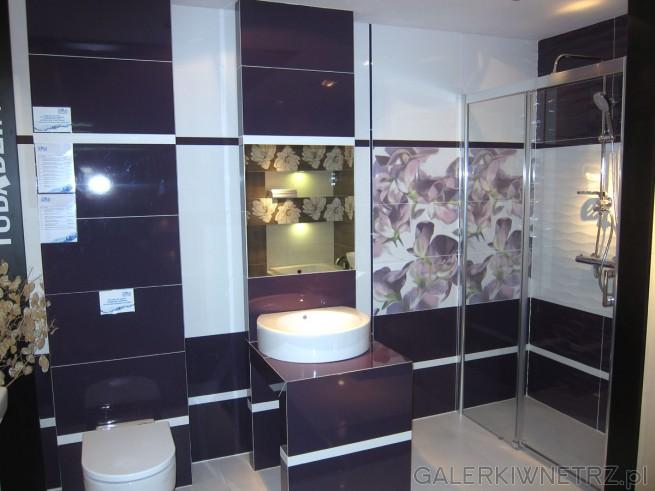 Ładna łazienka w salonie Blu, w oryginalnej i modnej tonacji kolorystycznej, w fioletach. ...