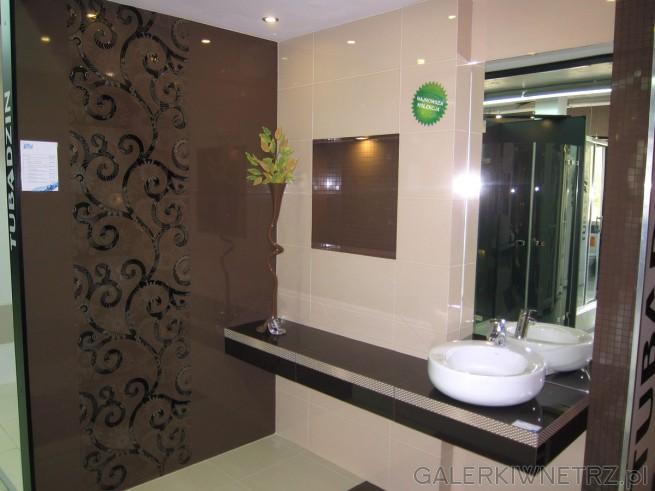 Elegancka aranżacja łazienki w ciemnym brązie, z bardzo ozdobnymi ścianami. ...