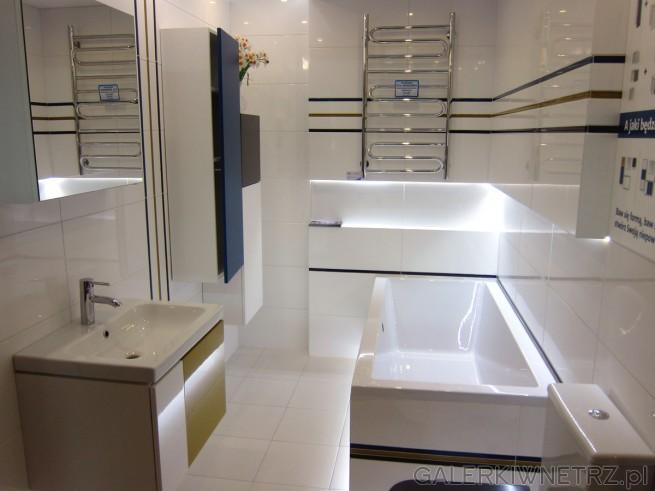 Bardzo atrakcyjna, ładna łazienka w jasnych kolorach, dominująbiele, zaś ozdabiająją ...