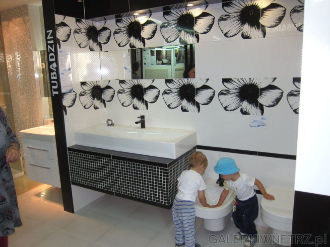 Ciekawa propozycja aranżacji łazienki. Całość jest utrzymana w czerni i bieli, ...