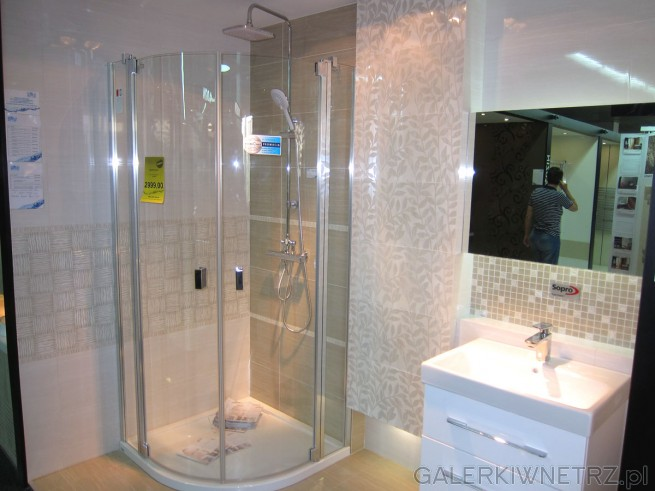Ładna, przytulna łazienka w ciepłej tonacji beżów. Ładna i minimalistyczna umywalka ...