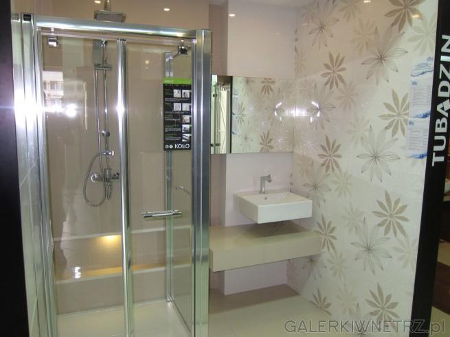 Ciekawa aranżacja łazienki dla lubiących motywy kwiatowe. Sątu wykorzystane ...
