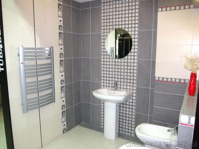 Ładna łazienka w szarościach i beżach, z delikatnymi dekorami na ścianach. ...