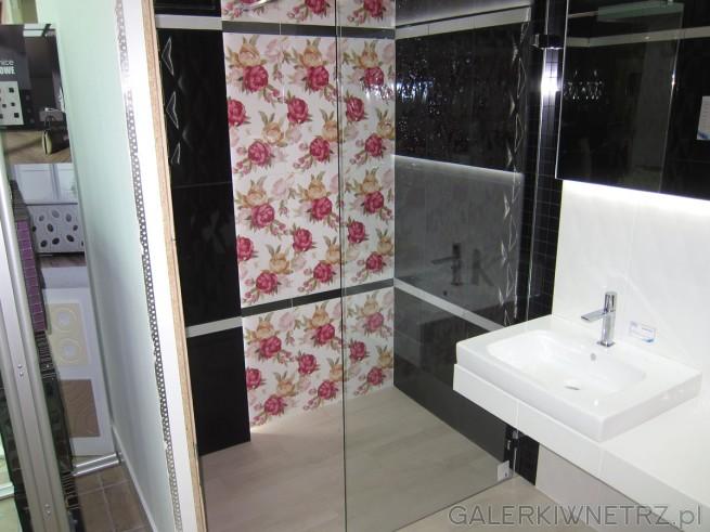 Aranżacja ładnej łazienki z ozdobnym pasem dekoru w różowe róże na białym tle. Pozostałe ...