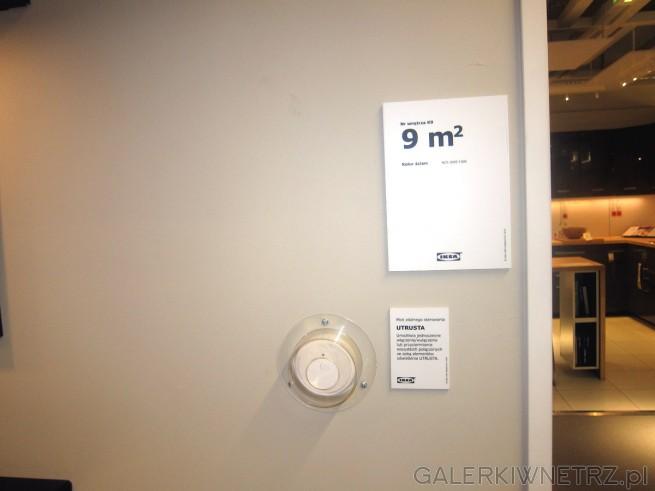 Niewielka kuchnia o powierzchni 9 m2 z meblami EDSERUM, w kolorze ciemnego brązu.