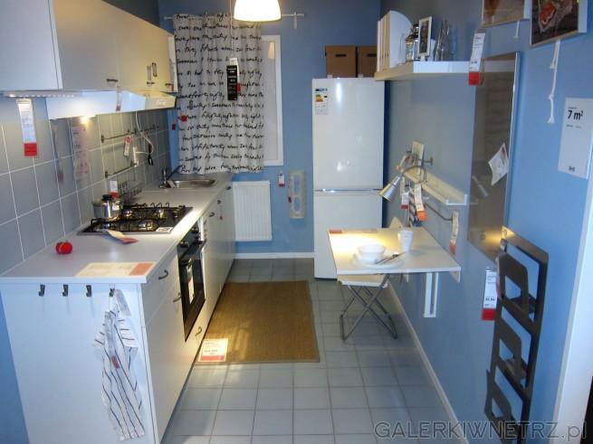 Urocza niebiesko-biała kuchnia Ikea o powierzchni 7m2. Są tu wykorzystane meble ...