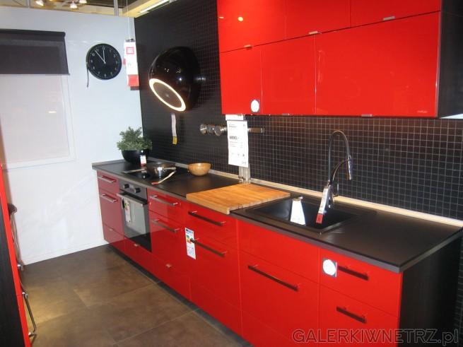 Czerwona kuchnia Ringhult z czarnymi elementami - czarny blat, czarna ściana, czarny ...