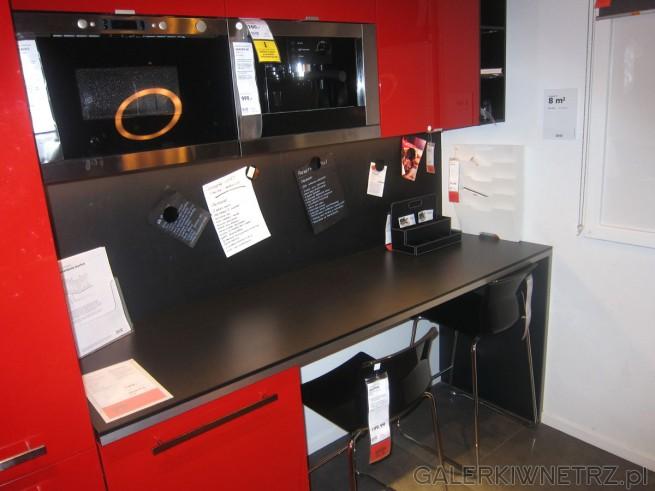 W kuchni z czerwonymi meblami znajdziemy świetny pomysł na stół, który znajduje ...