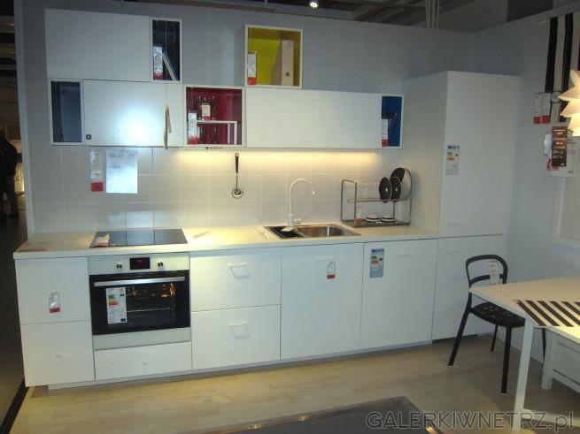 Biała, bardzo świetlista kuchnia BEDDINGE w cenie 3980 złotych za podstawowy zestaw. ...