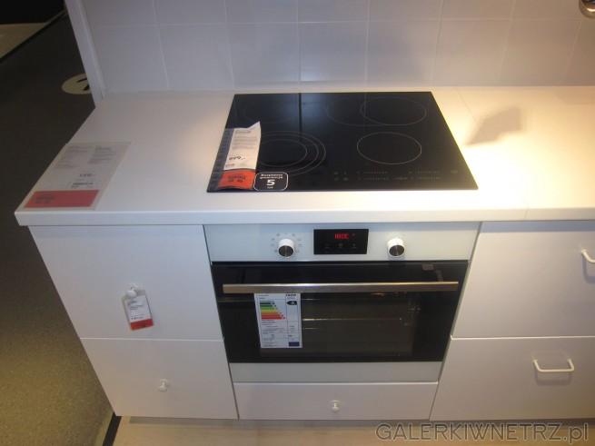 W kuchni Veddinge znajdziemy czarną płytę witroceramiczną DAGLIG w cenie 999 złotych, ...