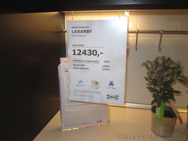 Meble kuchenne w Ikei LAXARBY w kolorze czarnobrązowym. Ich cena za podstaowy zestaw ...