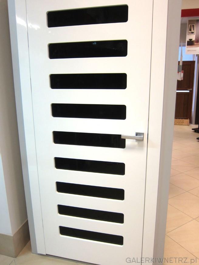 Białe drzwi wewnętrzne, bezprzylgowe Premium z regularnym przeszkleniem. Takie drzwi ...