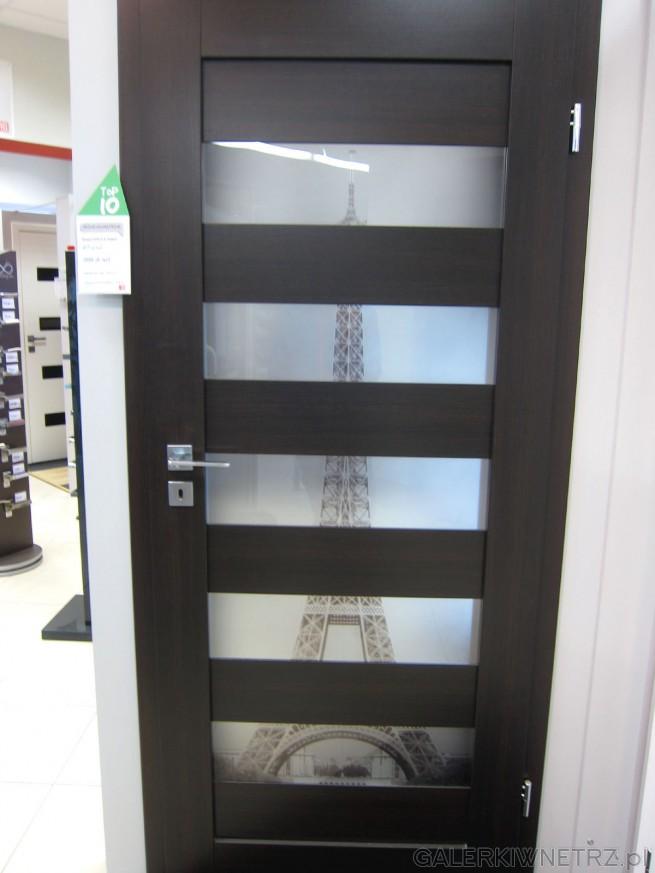 Drzwi wewnętrzne z nadrukiem wieży Eiffel, wykonane z ciemnobrązowego drewna, ...