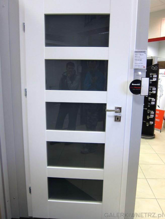 Drzwi wewnętrzne Prezzo 5, białe, matowe z pięcioma regularnymi przeszkleniami. ...