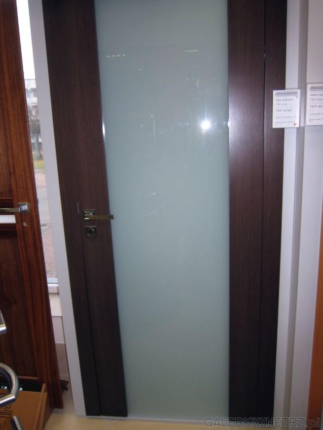 Drzwi wewnętrzne z dużym przeszkleniem od góry do dołu, co nadaje im elegancki ...