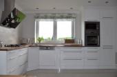 Duża, biała kuchnia z lakierowanymi na wysoki połysk białymi frontami, projekt: justa