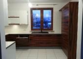 Elegancka kuchnia w bieli i z drewnem palisandrowym