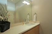Propozycje kilku eleganckich łazienek - w bieli i w drewnie w jednym stylu praktyczne i niepraktyczne rozwiązania