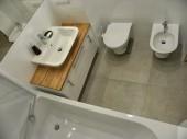 Ponadczasowa biała łazienka z płytkami Ceramstic Opp