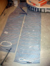 Elektryczne ogrzewanie podłogowe w łazience - układanie maty grzewczej