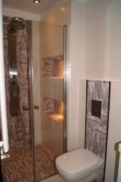 Łazienka biała z filetową mozaiką, Płytki Paradyż, armatura koło i IKEA, projekt by eleuteria