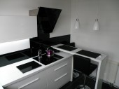 Mała kuchnia z wyspą w czerni i bieli