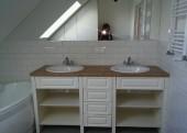 Projekty łazienek z wannami na poddaszach ze skosami dachu