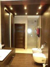 Jasna duża łazienka z brązowymi akcentami wenge