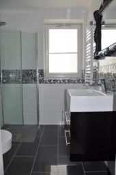 Łazienka do małego mieszkania, projekt: justa*  Mała biała łazienka