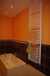 Pomarańczowa łazienka glazura Opoczno - wąska łazienka kiszka z wanną