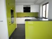 Kuchnia w domu jednorodzinnym, połączenie bieli i zielonego na wysoki połysk projekt: Ania_1983