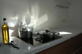 Minimalistyczna kuchnia z blatem z białego kwarcu, baterią Franke i zlewem Teka i skosami